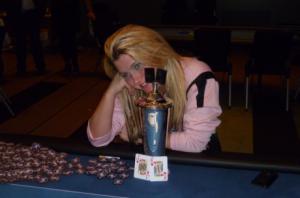 STILLER PÅ POKERTURNERING: Pokerspiller Lotta Westrum fra Trondheim kommer til Kolvereiddagene for å lære ytternamdalingen en lekse i poker.